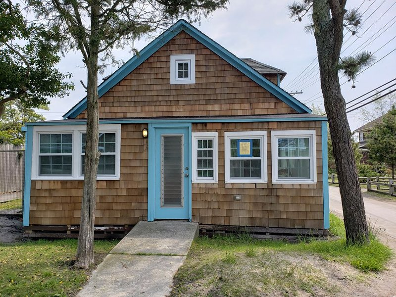 The Kraken- first year listing, cute fire island cottage near all, aluguéis de temporada em Central Islip