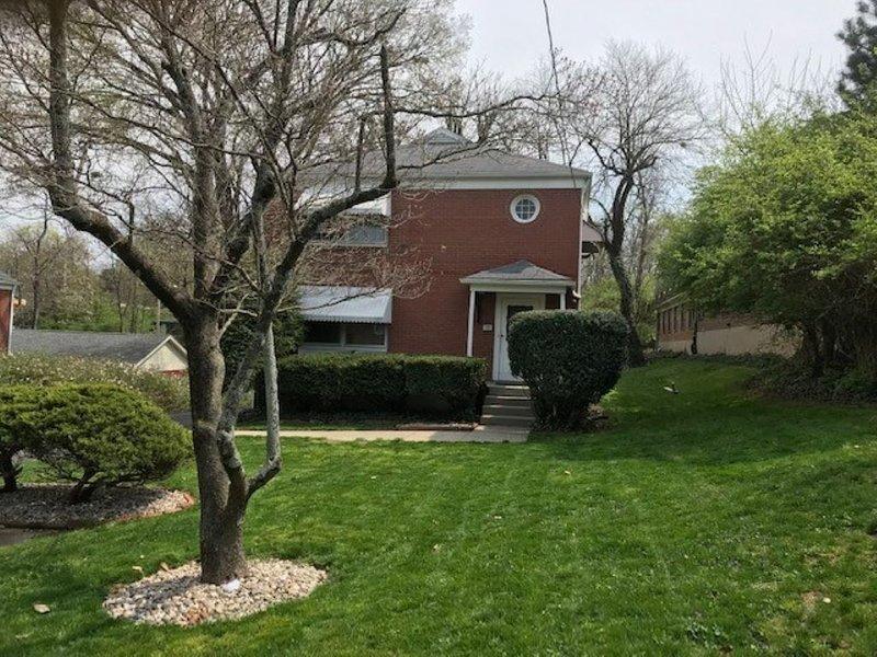Louisville GEM, newly furnished, super clean, in a safe trendy area, location de vacances à Saint Matthews