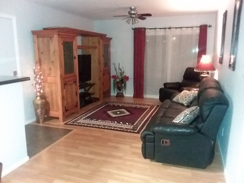 Fairly Plush & Comfortable Condo Convenient to Many Amenities and Activities, vacation rental in Glendale