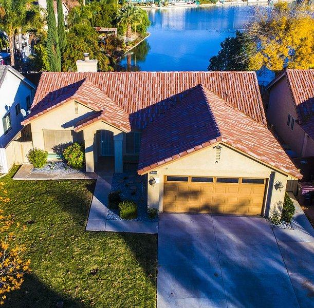 Casa con lago en la espalda.