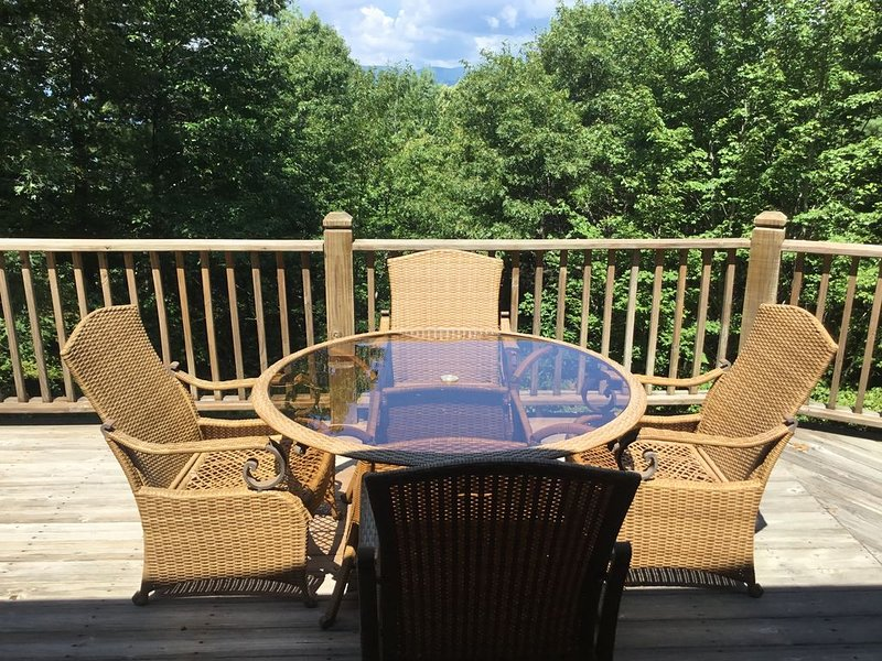 'Whispering Pines'  Nestled in the Mountain Woods of the Sky Valley Community, holiday rental in Dillard