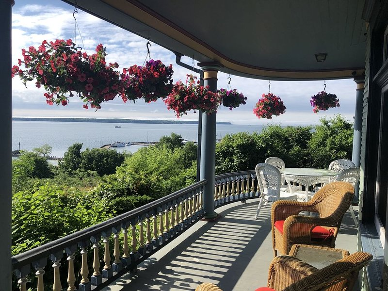 Harbor Hill House Spacious Victorian home with spectacular Apostle Island views, vacation rental in Bayfield