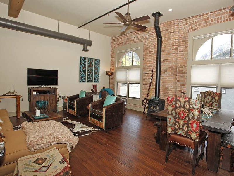 New Listing! - Luxury Loft - Overlooking Main Street - Downtown Ouray, holiday rental in Ouray