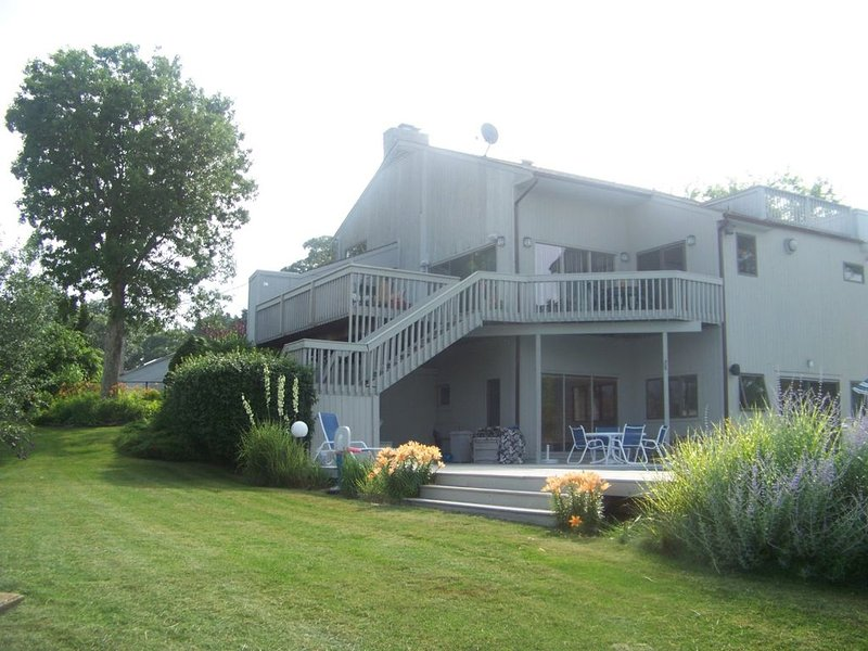On the Bay Contemporary with Pool and Dock, vacation rental in Hampton Bays