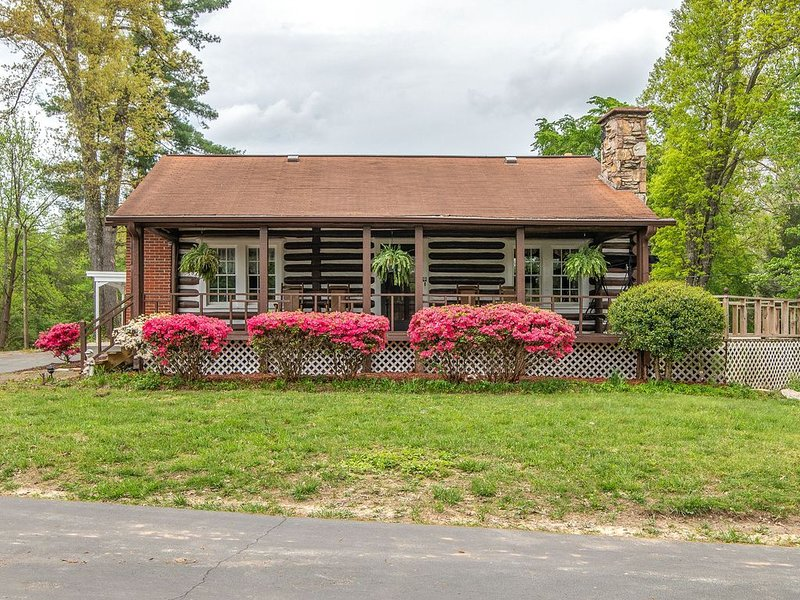 84 year old log cabin located in golf capital of US, location de vacances à Crossville