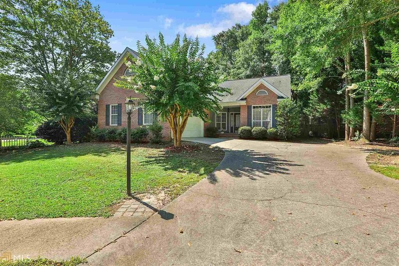Remodeled modern gem in the heart of Fayetteville, location de vacances à Jonesboro