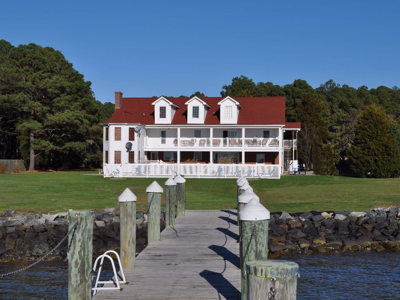 Year Round Estate on Bay / Fam. Reunions / Slps 28, alquiler de vacaciones en Lusby