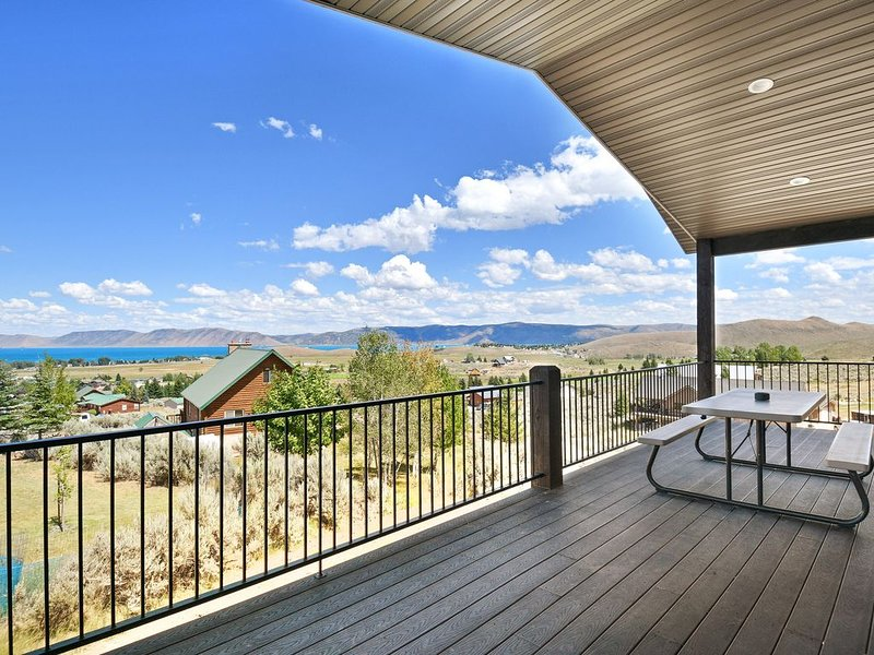 New listing! Newly constructed home w/ deck & lake views -close to Bear Lake, holiday rental in Laketown