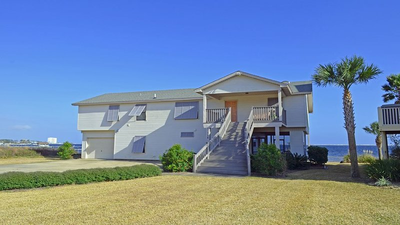 Family Friendly small beach on intracoastal waterway with boat house and pier., Ferienwohnung in Pensacola