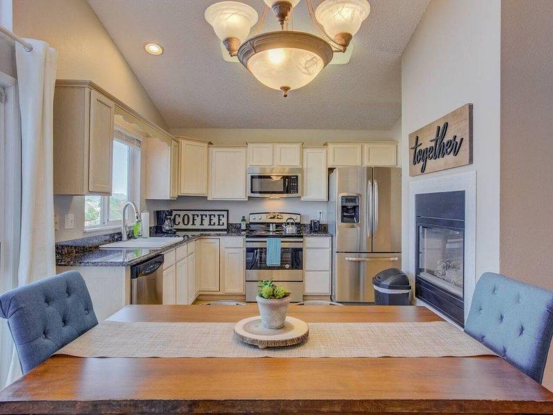 Cozy 4BR House with Peak Views in Colorado Springs, holiday rental in Cimarron Hills
