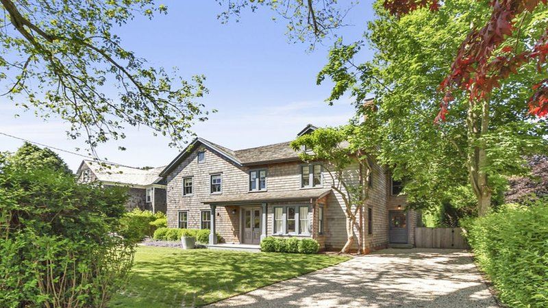 Stylish & Chic Renovated 1860s Farm House Walking Distance To Beach And Town!, alquiler vacacional en Amagansett
