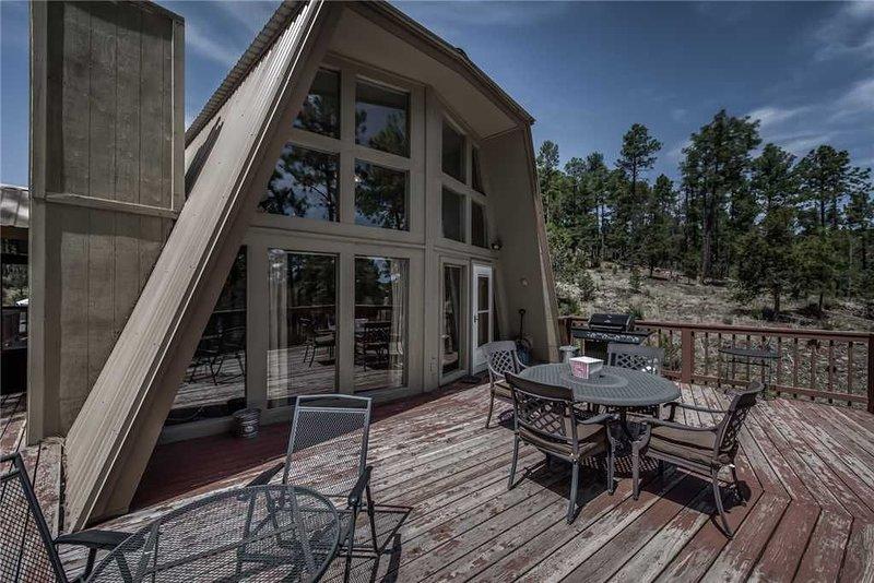 Alto Pines, 3 Bedrooms, Sleeps 6, Wood Burning Fireplace, Deck, Grill, alquiler vacacional en Nogal