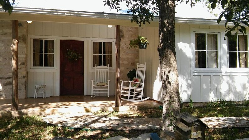 Willie Mae's Cottage at The Homestead  B & B, vacation rental in Dripping Springs