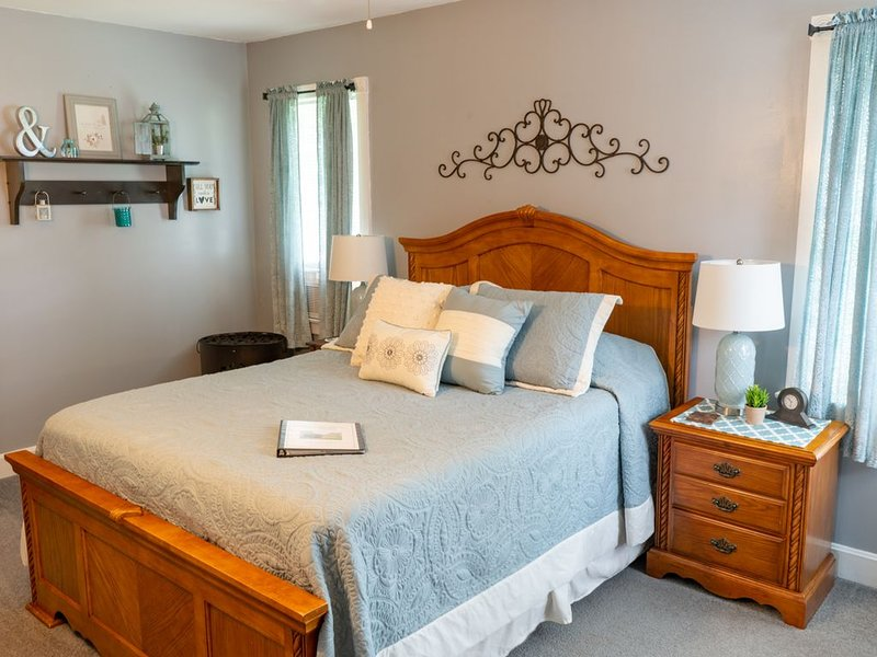 The Cypress Room located 7 miles from Ricketts Glen State Park, holiday rental in Cambra
