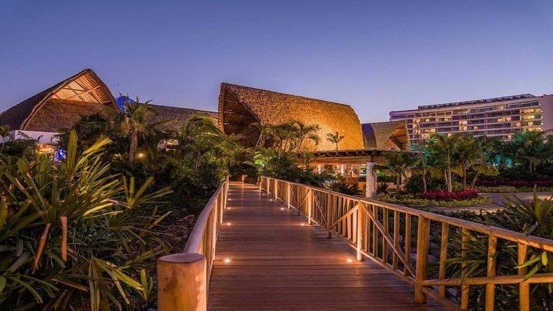 A Luxurious, Blissful 5-Star 2 Bedroom Suite w/ a Large Balcony and Ensuite Pool, location de vacances à Jarretaderas