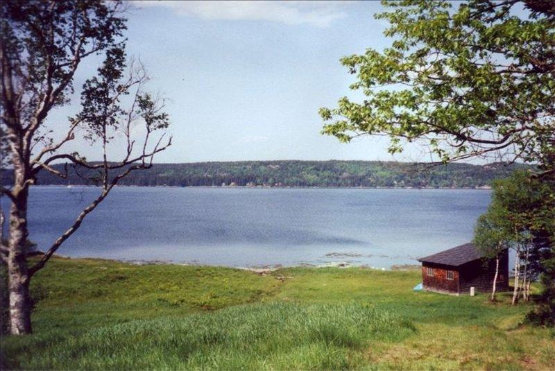 Sikt från huset av Eggemogin Reach och båthuset