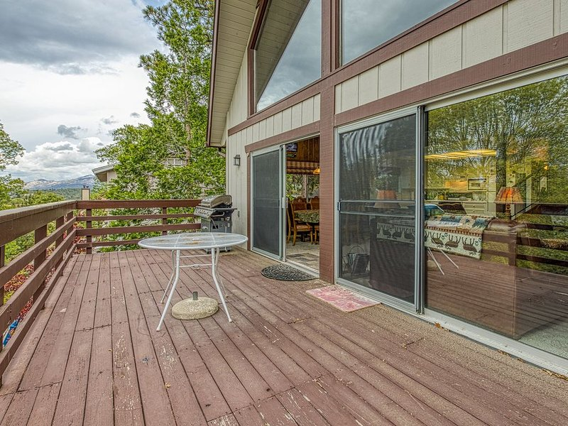 Rustic cabin w/ private pool table, large deck and forest views, holiday rental in Victorville