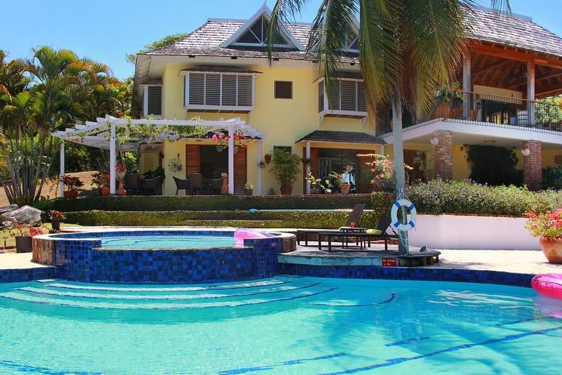 *COVID Compliant* Luxury Villa in Private Beach Community, vacation rental in Duncans