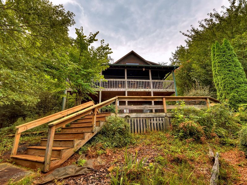 *Free Whitewater Rafting & Ziplining* Charming cabin with spacious floor plan, vacation rental in Epworth