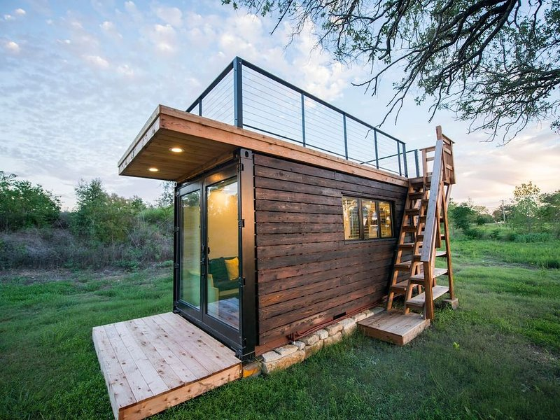 'Yellow & Blue' Elegant Container Tiny House, holiday rental in Waco
