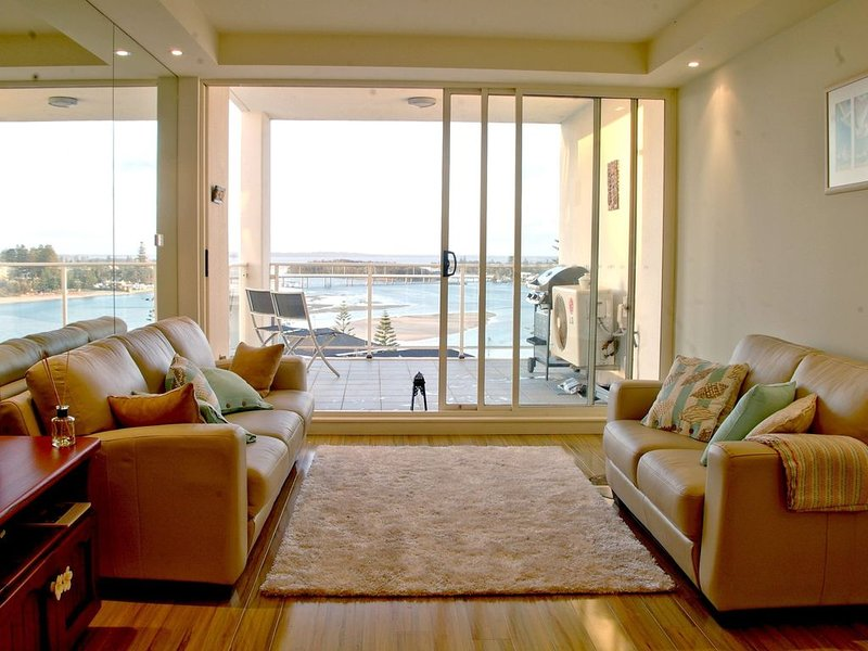 Modern eco-friendly unit with sweeping views of the channel, beach and..., alquiler vacacional en The Entrance