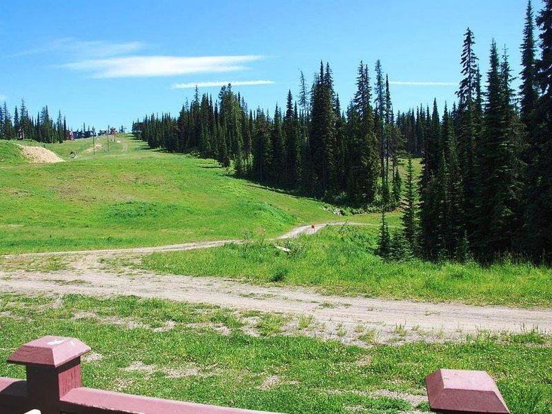 Vue depuis la porte d'entrée, accès direct et facile aux pistes de VTT et de randonnée en été.