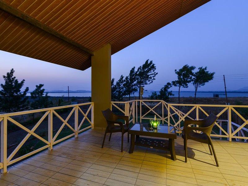 Lake View Holiday Villa Near Sula Vine Yard With 3 BdRms, vacation rental in Nashik