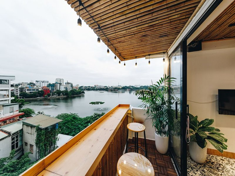 The Autumn Homestay-LAKE VIEW room, with balcony, next to the WEST LAKE, holiday rental in Hanoi