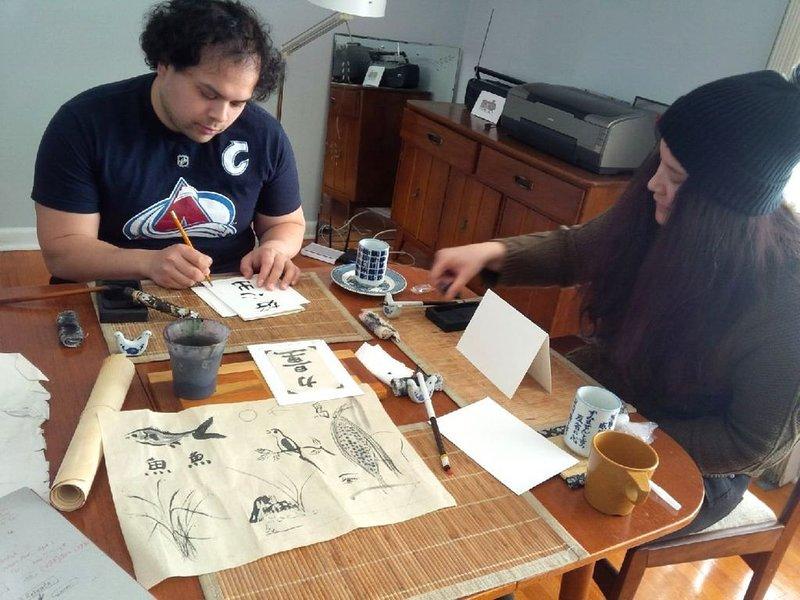 Os convidados criam pinturas de arte de tinta.
