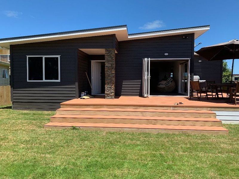 NEW MODERN WAVERLEY BEACH HOME, alquiler de vacaciones en Taranaki Region