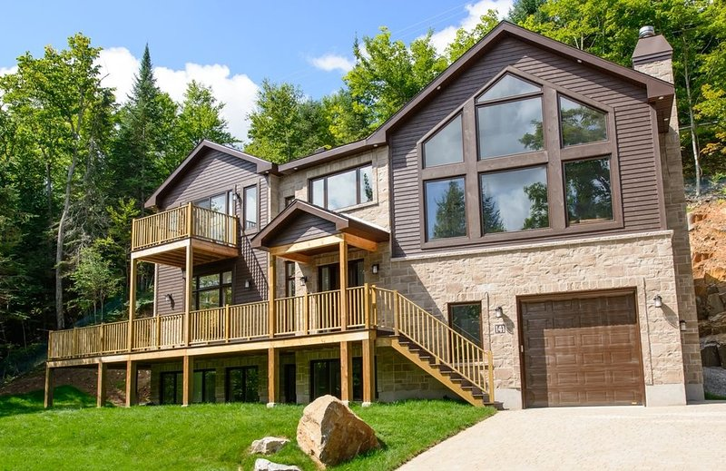 Chalet Manitonga Tremblant 5 bedroom and 5 ensuites, hot tub and sauna, alquiler vacacional en Mont Tremblant