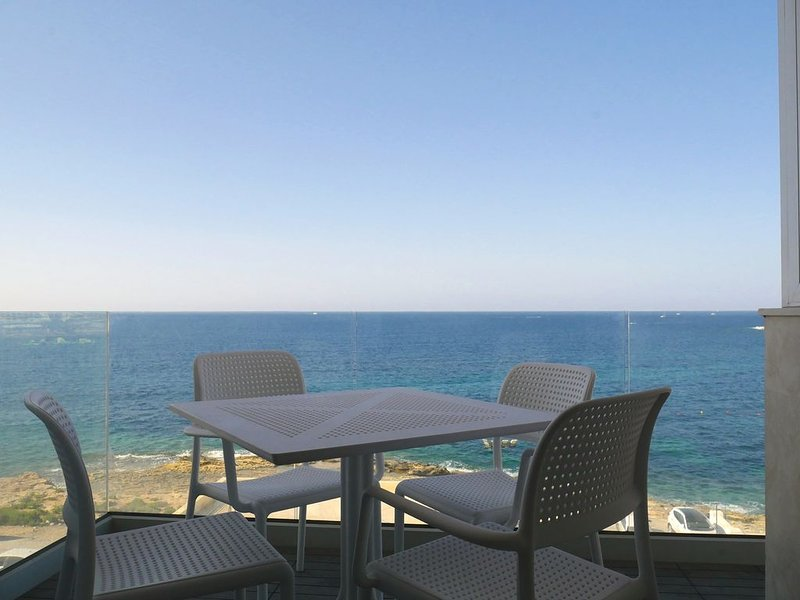 SeaFront Luxurious Apartment- CENTRE  '' SeaBreeze '', holiday rental in Qawra