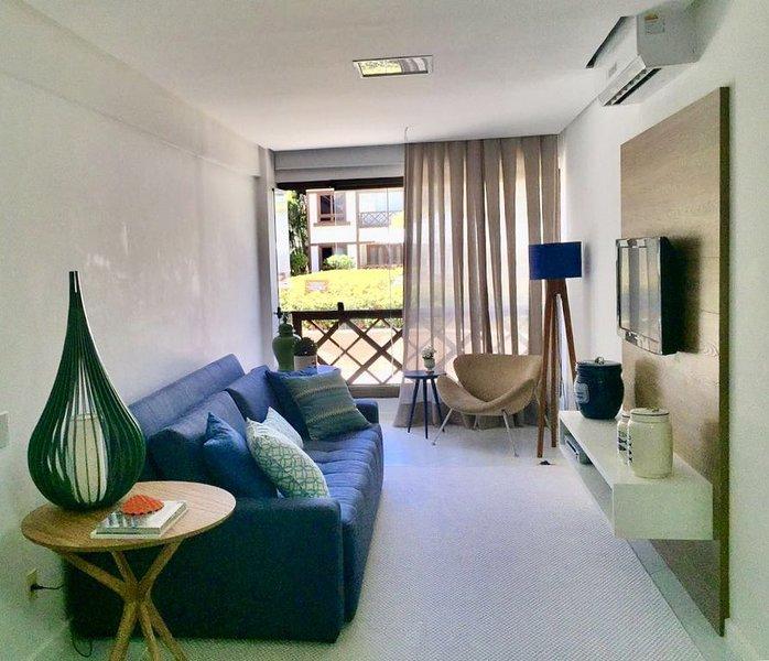 Excelente 1/4 sala, acomoda 4 pessoas com conforto, frente mar ., vacation rental in Praia do Forte