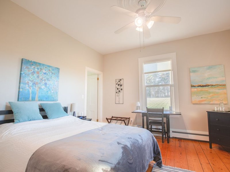 River Ridge Lodge (B&B) - Beautiful Queen Bedroom w/Ensuite Bath on 1st Floor, location de vacances à Mahone Bay