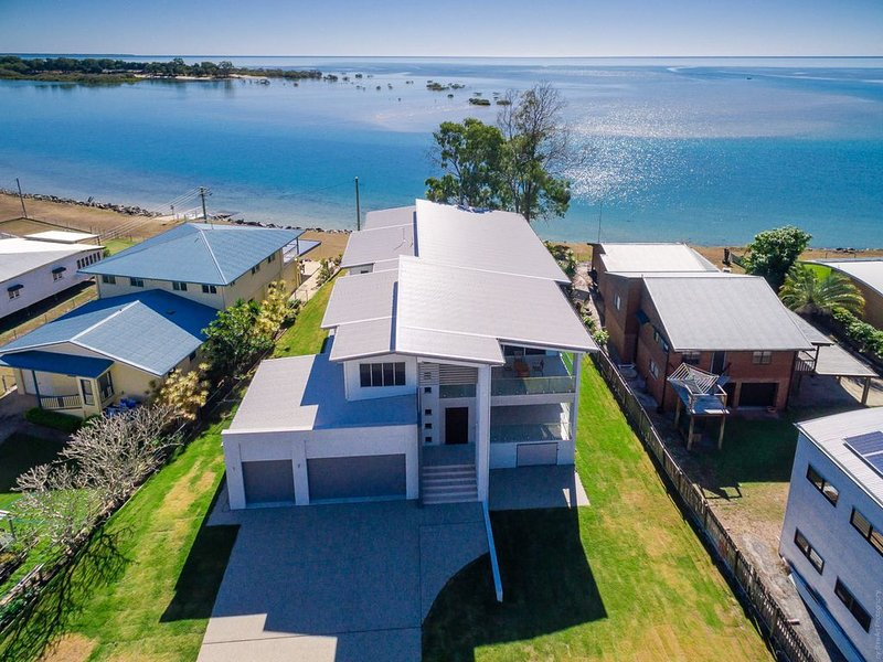 Top Of The Tide - Toogoom- Waterfront- 5BR- Aircon- Lift, holiday rental in Fraser Coast