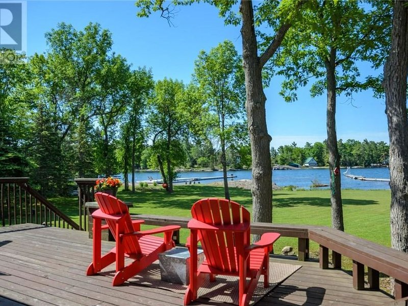 Stunning Lakehouse in Beautiful Honey Harbour, holiday rental in Big Chute