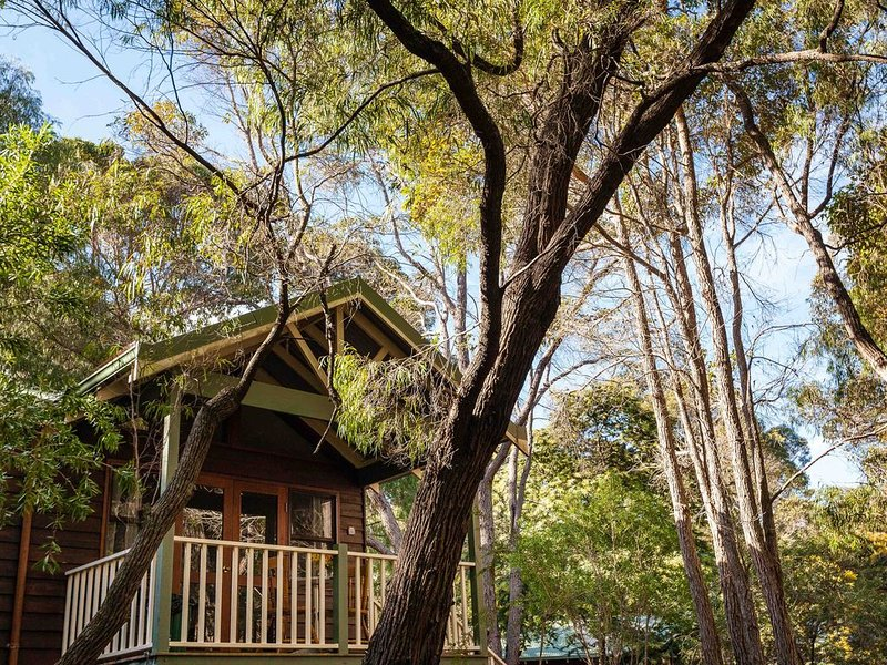 Cozy Studio Chalet perfect for couples and a veranda overlooking the bushland, holiday rental in Cowaramup