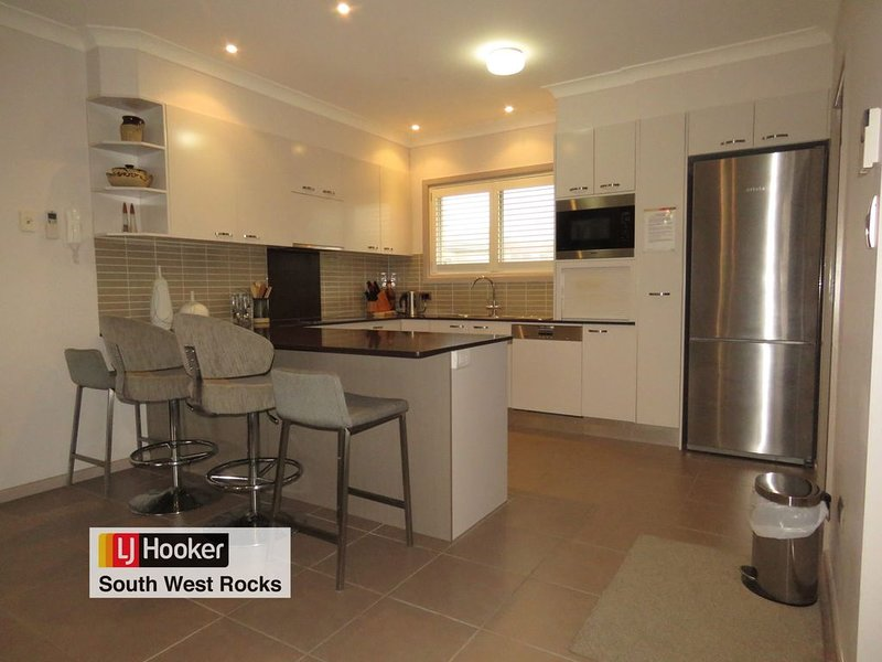 FRONT CREEK UNIT 3 - VIEWS OVER FRONT CREEK, holiday rental in South West Rocks