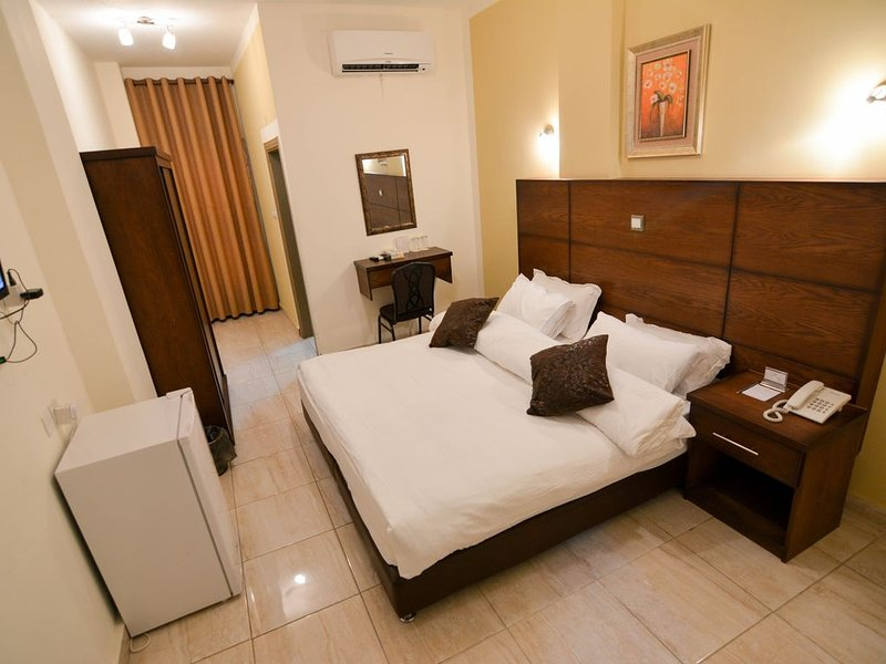 DOUBLE King Size Room with Balcony, alquiler de vacaciones en Aqaba