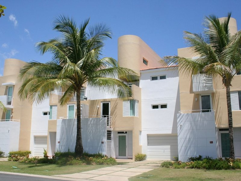 Beautiful Golf and Beach Villa in Dorado, vacation rental in Dorado