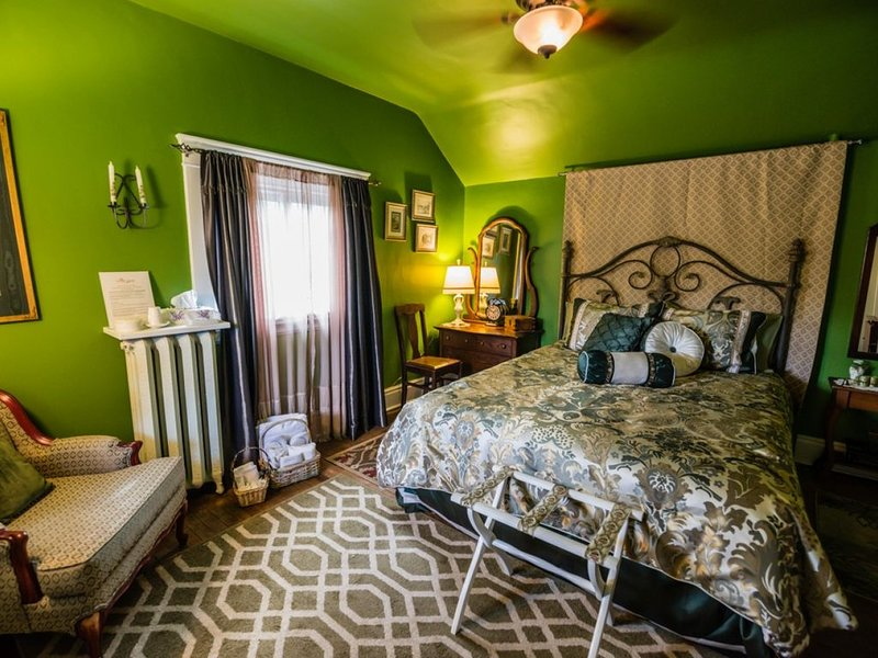 Avonview Manor- Experience Gracious Service with Style - The Ol' Winnie, holiday rental in Stratford