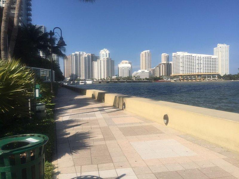 Paseo marítimo y sendero para correr directamente detrás del edificio