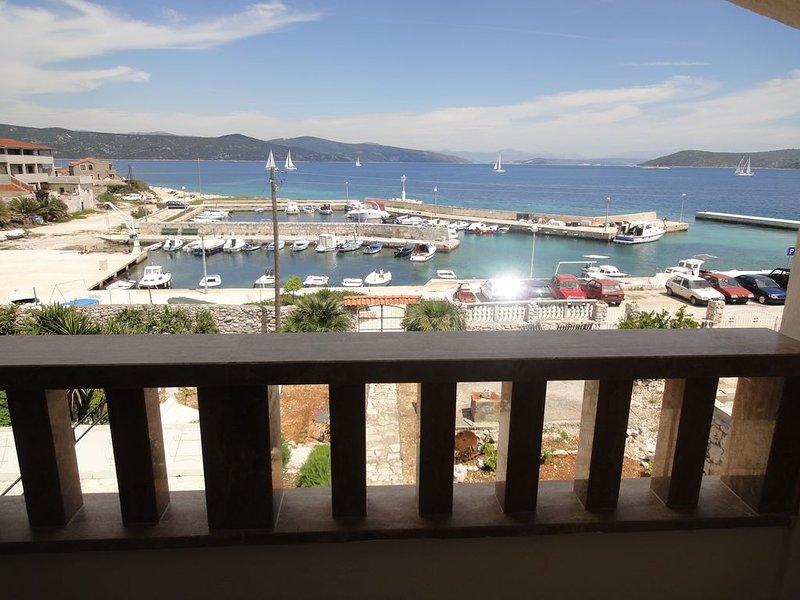 Seafront apartment for 4+1 at Apartments Villa Ana - open sea view – semesterbostad i Veliki Drvenik
