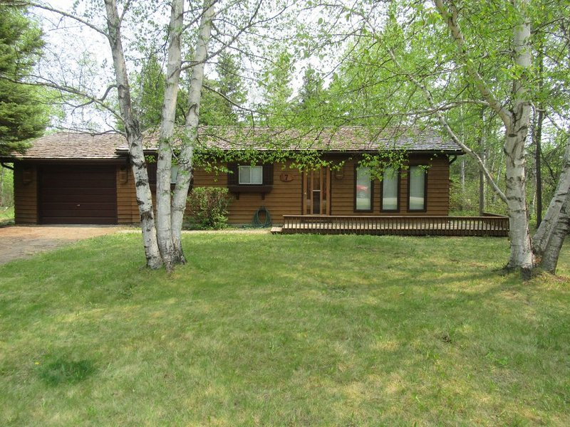 **Thoroughly Sanitized.**Cedar Cabin, short walk to Downtown Clear Lake, holiday rental in Manitoba