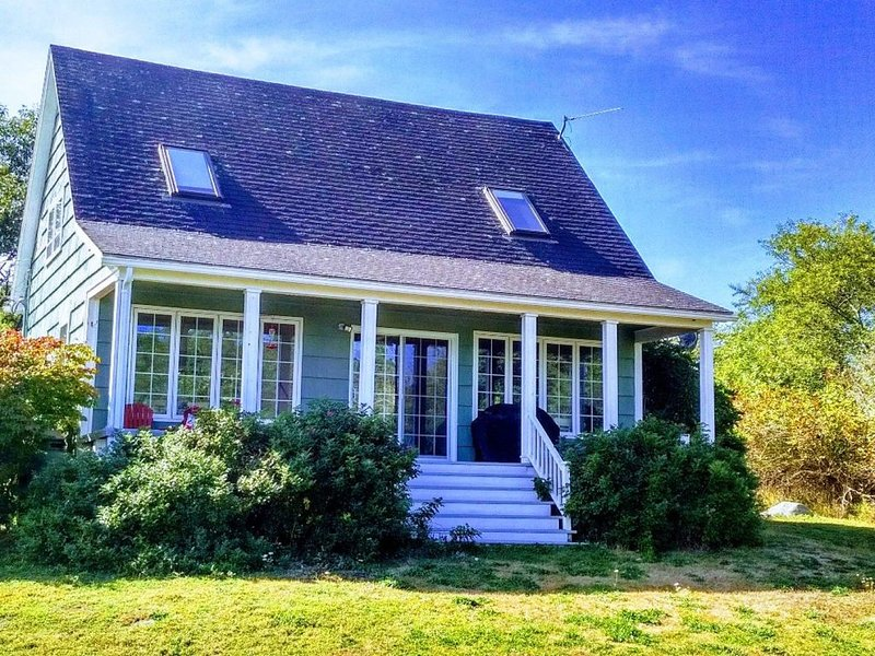 Roseway Lane Cottage - Delightful Cottage in private beachfront setting, holiday rental in Barrington