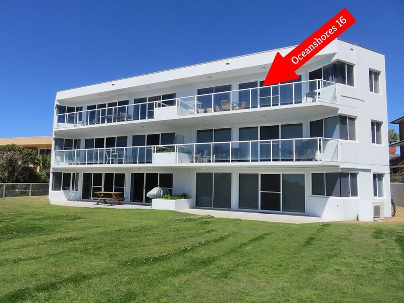 OCEAN SHORES 16 - 50 METRES TO BEACH & POOL IN COMPLEX, holiday rental in South West Rocks