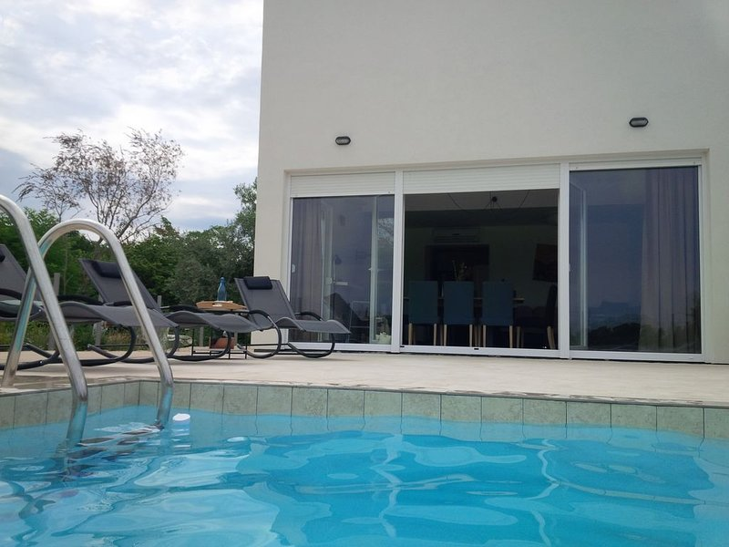 Villa Vida with private pool and green view, holiday rental in Tar