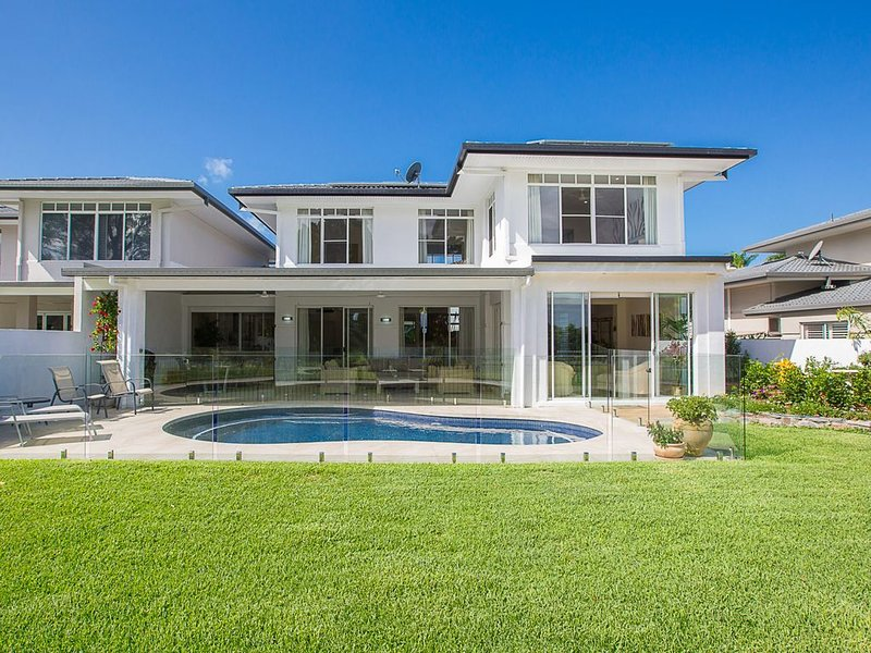 Luxury Modern Home with stunning Golf Course Views, alquiler vacacional en Helensvale