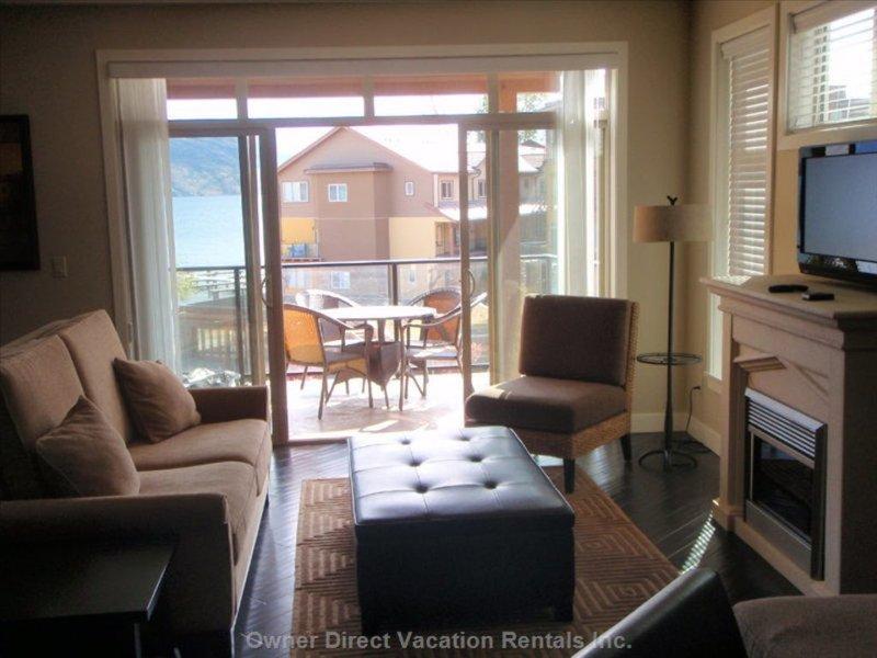 Luxury Beachfront Condo on Okanagan Lake - West Kelowna  2 Bedroom + Den, 2 Bath, location de vacances à West Kelowna