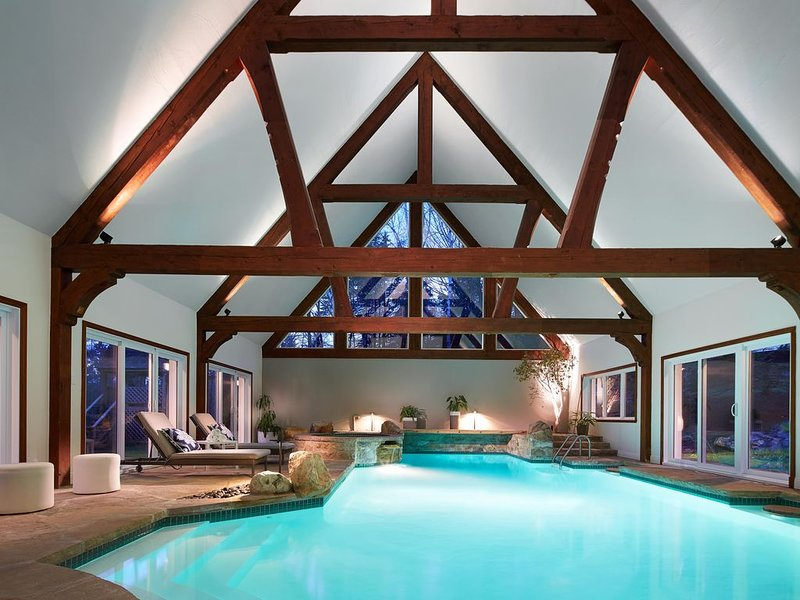 Tremblant Manor Luxury 9 bedroom home with indoor pool in the village, alquiler vacacional en Mont Tremblant